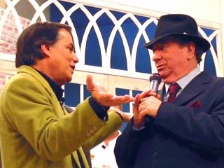Ronnie recebe o carinho do amigo Raul Gil